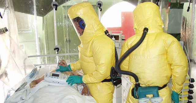 Ebola-Patient und zwei Ärzte in Schutzanzügen