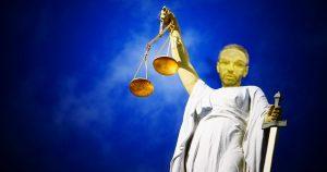 Statue der Justitia mit Kopf von Herbert Kickl