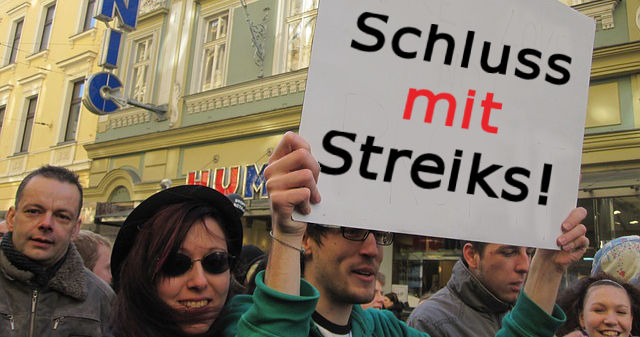 Protestzug mit Schild 'Schluss mit Streiks!'