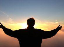 Silhouette eines Mannes vor Sonne