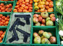 Waffen im Obst- und Gemüseregal