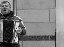 Akkordeon-Spieler sollen dabei helfen, dass Menschen zu Hause bleiben